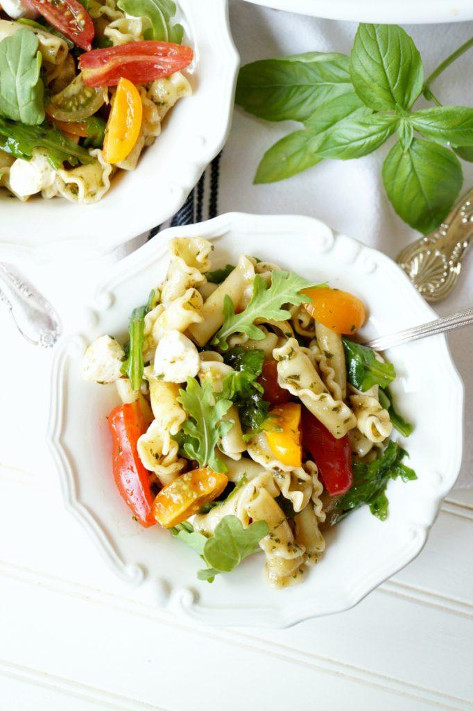 tomato & mozzarella pesto pasta salad